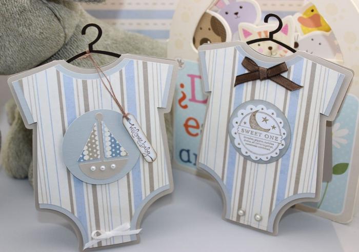 idée faire part naissance en papier cartonné, carte d'annonce naissance bébé en forme de costume de bébé