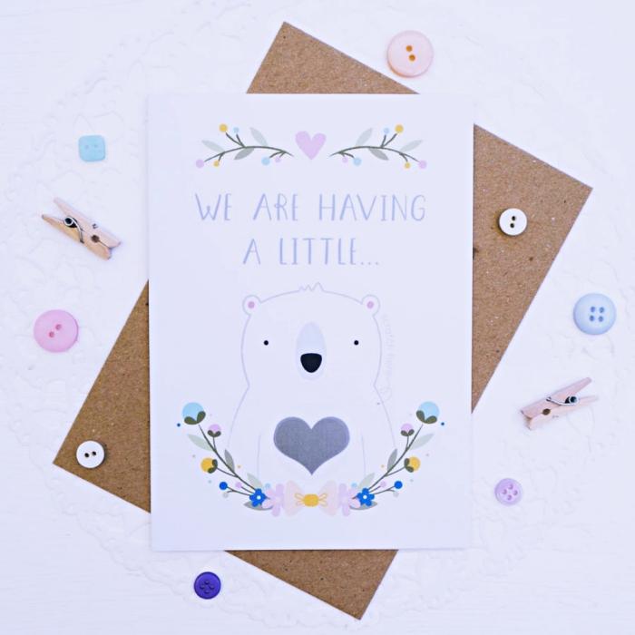 joli faire part de naissance bébé fait main en papier blanc avec dessins mignons fleurs et petit ours avec coeur au centre