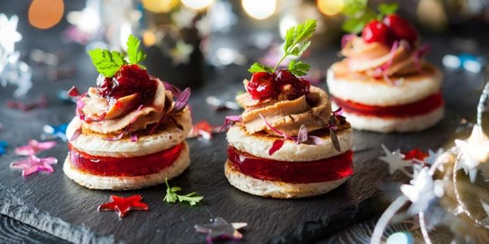 canape aperitif de noel, petits biscuits étagés aux figures de fruits confites
