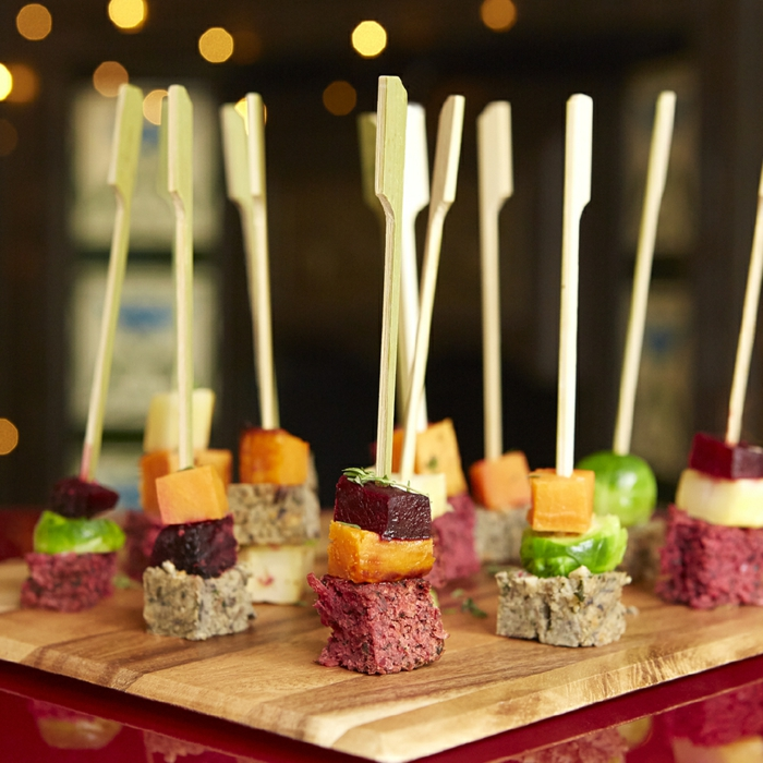 mini canapés en viande et fruits, bouchées équilibrées, viande de boeuf, ananas, plat en bois