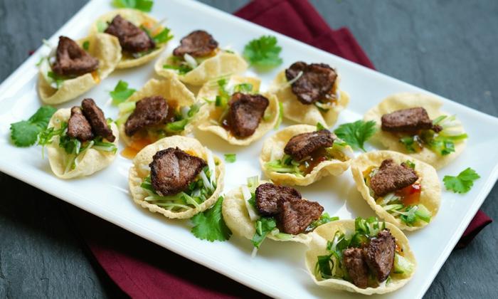 préparer un amuse bouche rapide pour apero, morceaux de viande, feuilles fraiches, pâte phyllo, assiette rectangulaire