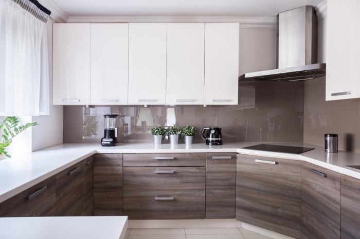 exemple comment creer sa cuisine fonctionnelle dans petit espace, modèle de déco cuisine en blanc et bois foncé