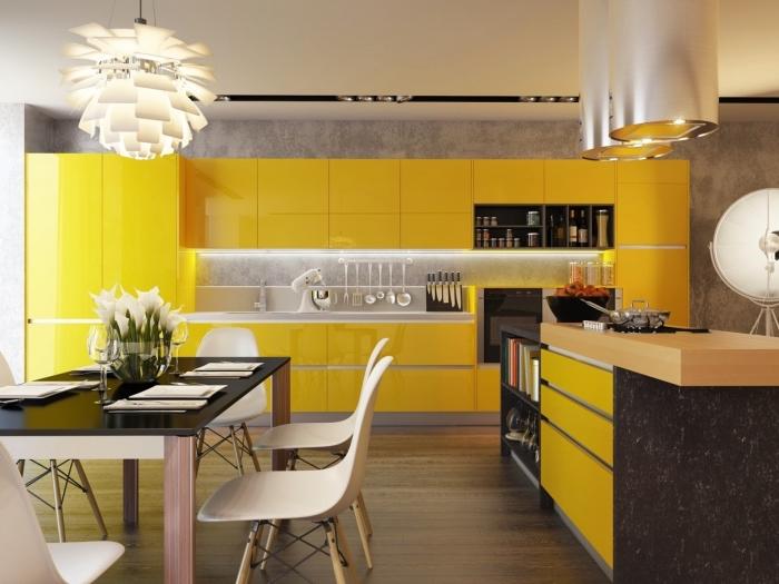 modèle de cuisine moderne avec mur béton et meubles en couleur, exemple comment aménager une cuisine en longueur