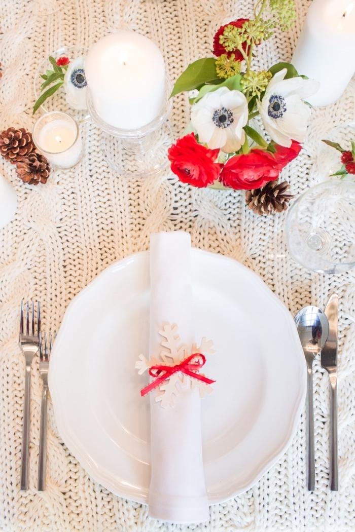 idée originale pour une déco table fête cozy avec nappe en crochet et bougies blanches, modèle pliage serviette facile