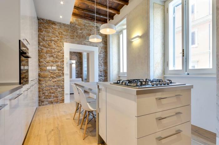 modèle de cuisine aux accents industriel et rustique, déco cuisine blanche avec mur en pierre, exemple revetement mural cuisine