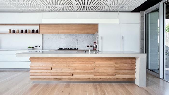 comment aménager une cuisine en longueur avec îlot central, modèle îlot central en bois clair avec plan de travail en blanc