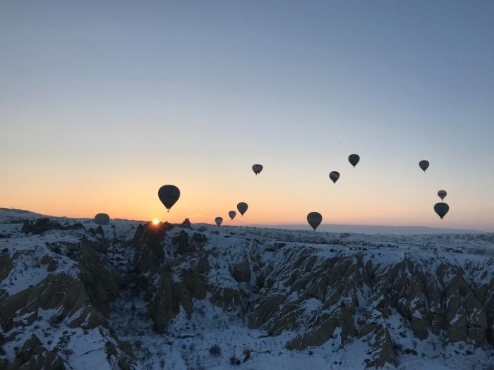 idée paysage hiver pour ordinateur, photo de coucher de soleil et du vol des ballons à gaz au-dessus des montagnes enneigées