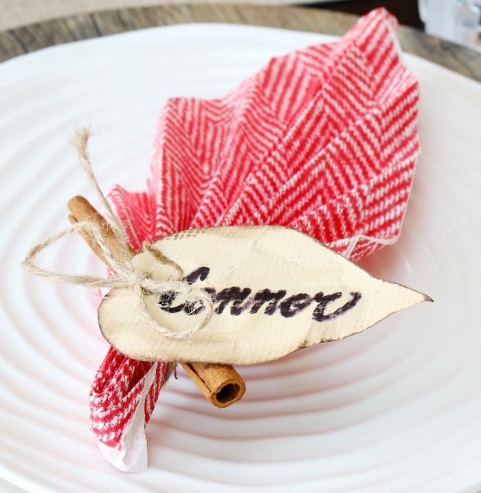 faire une feuille en papier bicolore, exemple art origami facile pour fête de noel, pliage de serviette en tissu ou papier en forme de feuille