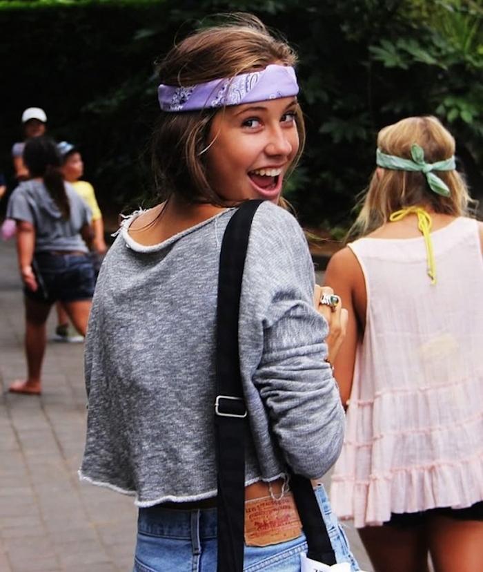 photo idée de coiffure avec bandana violet sur le front style hippie pour look boheme chic de hipster coachella