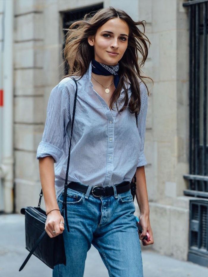 femme avec jean et chemisier avec foulard noir autour du cou comme écharpe serrée style francais comme accessoire mode automne