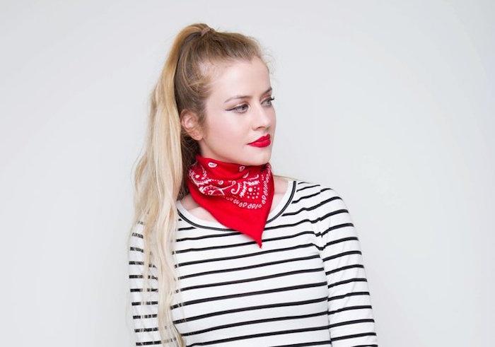 comment mettre un foulard autour du cou façon bandana rouge de cowboy pour femme