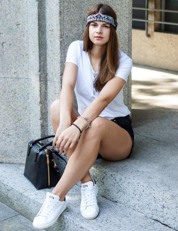 jeune femme tendance avec bandana noir enroulé sur le front style hippie chic en tenue dété