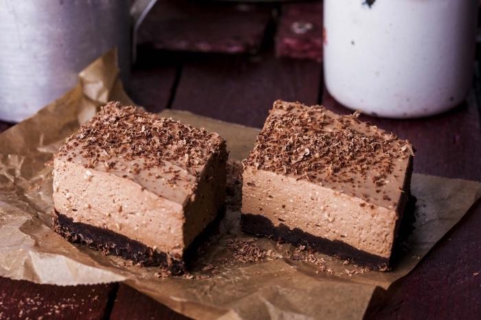 carrés de cheesecake au fromage frais et au nutella avec une croûte croustillante de biscuits chocolat émiettés