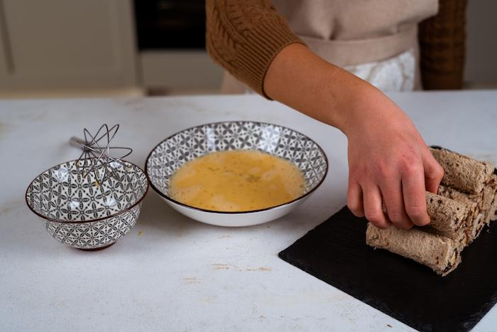 faire tremper les roulés de pain de mie dans mélange d oeufs, lait et sucre glace avant de faire frire, comment faire du pain perdu recette originale