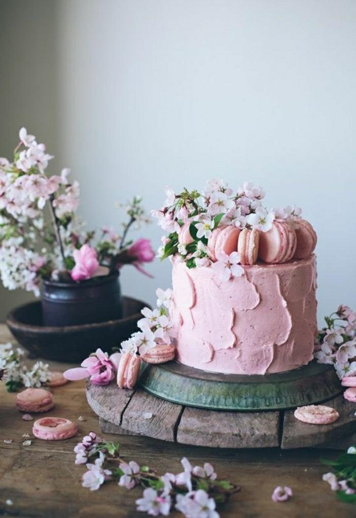 Gateau anniversaire adulte original le plus beau gâteau du monde, gâteau rose avec macarons framboise et fleurs comestibles pour décoration
