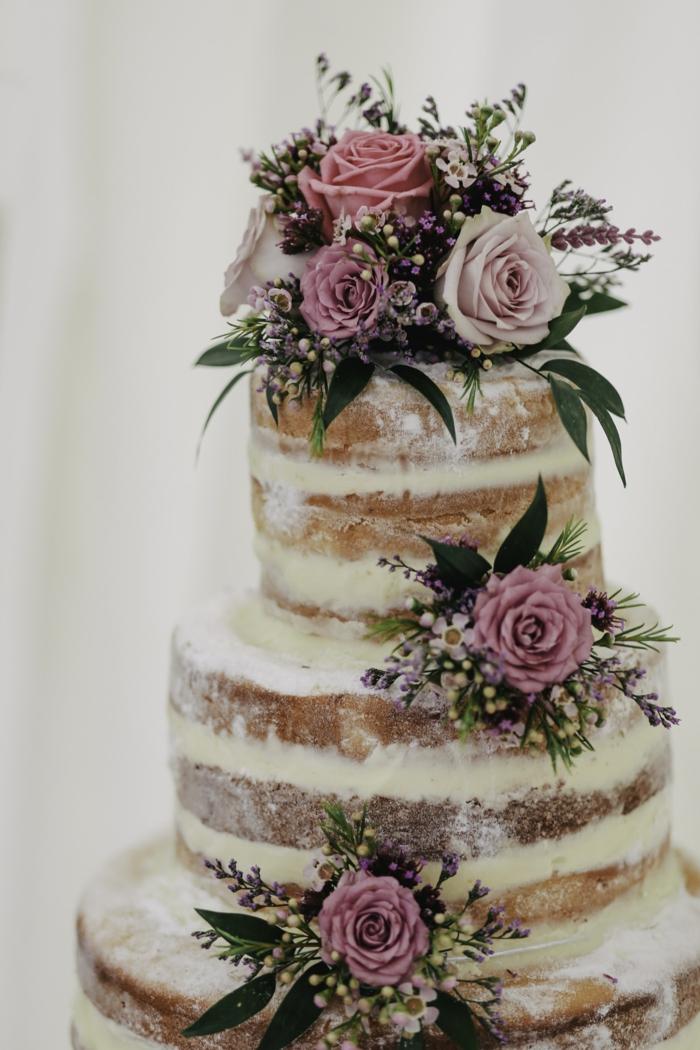 Gateau anniversaire 18 ans, le plus beau gâteau du monde, belle image de gâteau simple sans couverture, naked cake décoré de fleurs comestibles