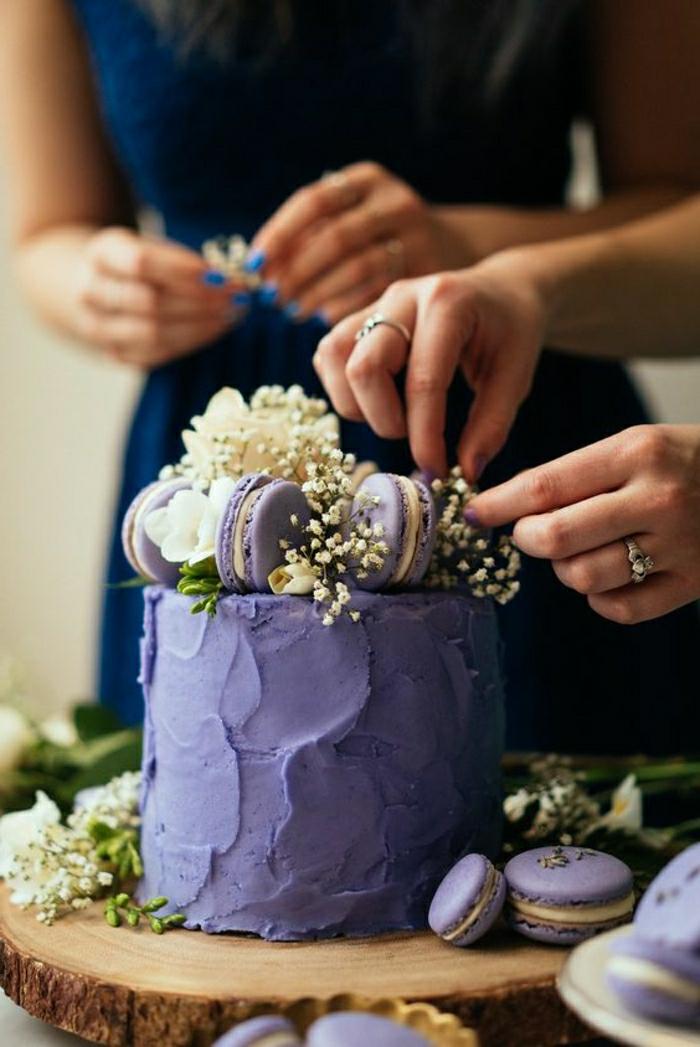 Les plus beaux gateaux du monde france patissier, choisir le plus beau gâteau du monde pour son anniversaire, gateau lavande violet décoration avec mararons lavande et fleurs comestibles
