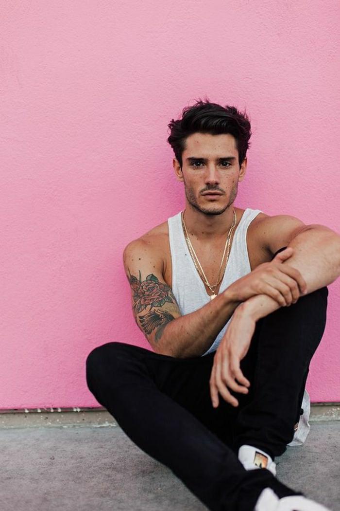 Le plus beau tatouage sur le bras homme, tatouage original belle photo inspiration de tatouage à couleur, fleurs roses rouges