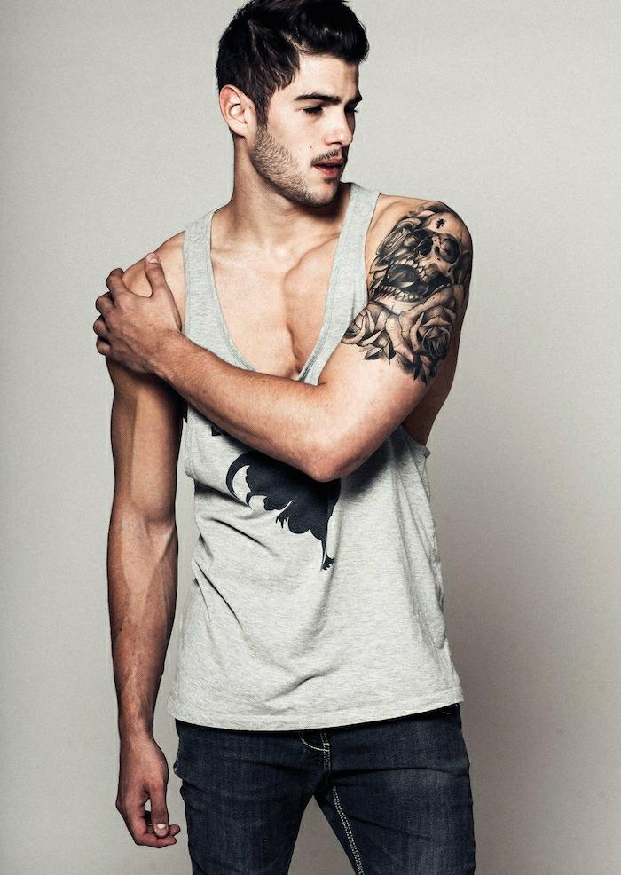 Beau tatouage prenom, tatouage original les plus beaux tatouages pour homme sur l'épaule, tete de mort entouree de fleurs