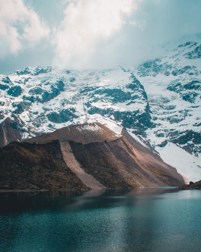 magnifique paysage hiver dans les montagnes, photo lac et montagnes enneigés comme fond d'écran ordinateur