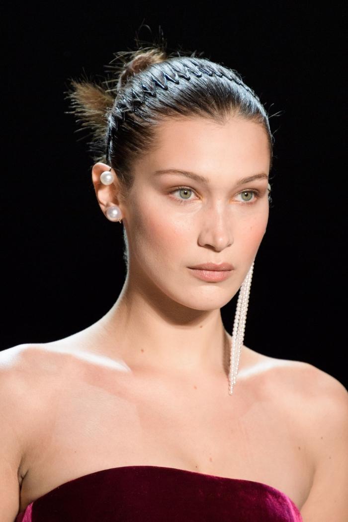 exemple de coiffure simple et stylée pour cheveux mi longs, modèle de coiffure carré long, coiffure célébrité de Bella Hadid