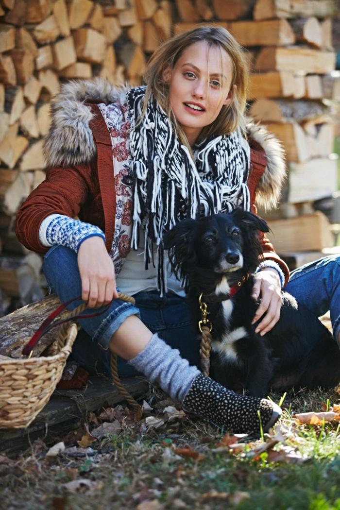 Manteau fausse fourrure femme style boheme chic, look féminine et hippie, fille mignonne et son chien