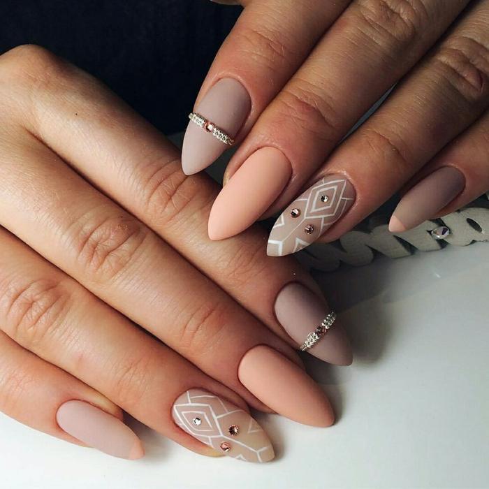 vernis à ongles rose poudré et taupe clair, bijoux à ongles, une forme des ongles hybride