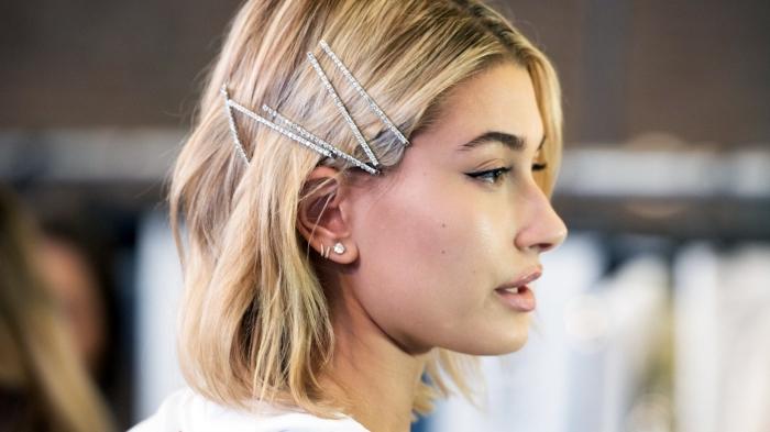 coupe au carré tendance 2018, modèle de coiffure simple avec accessoires tendance automne-hiver, coloration racines ombrées