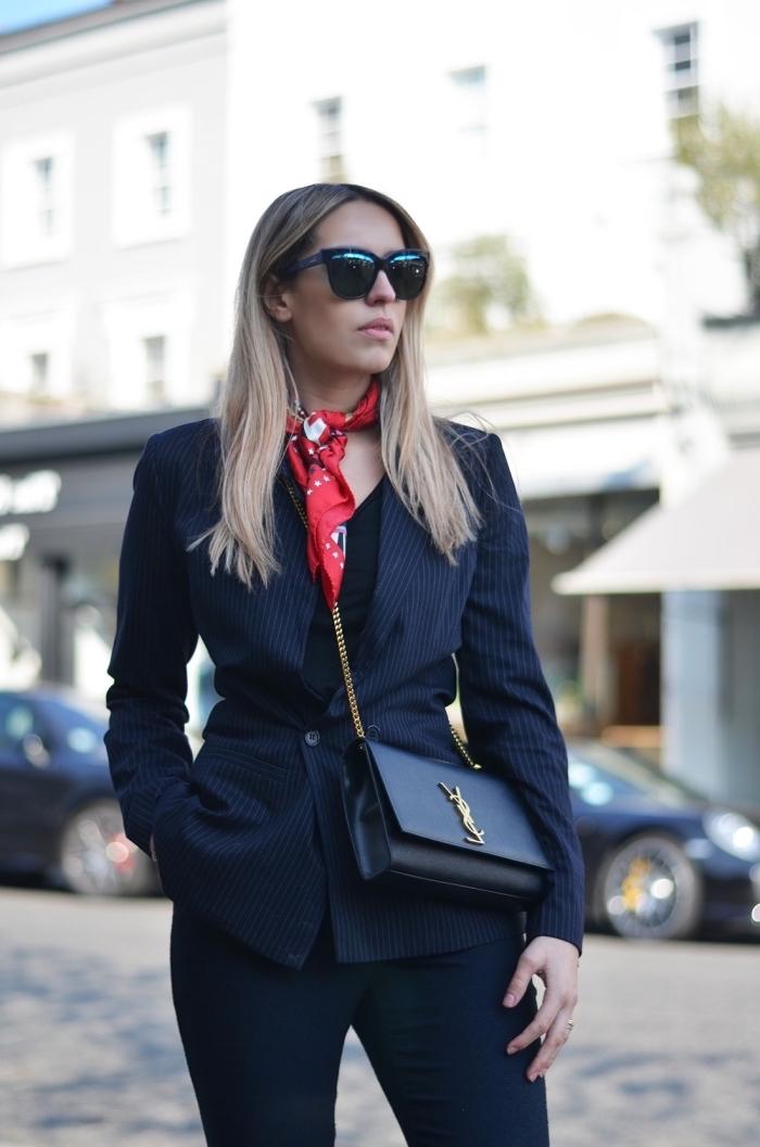 style vestimentaire femme au travail, look total noir avec foulard rouge autour du cou, idée accessoires femme pour vision stylée