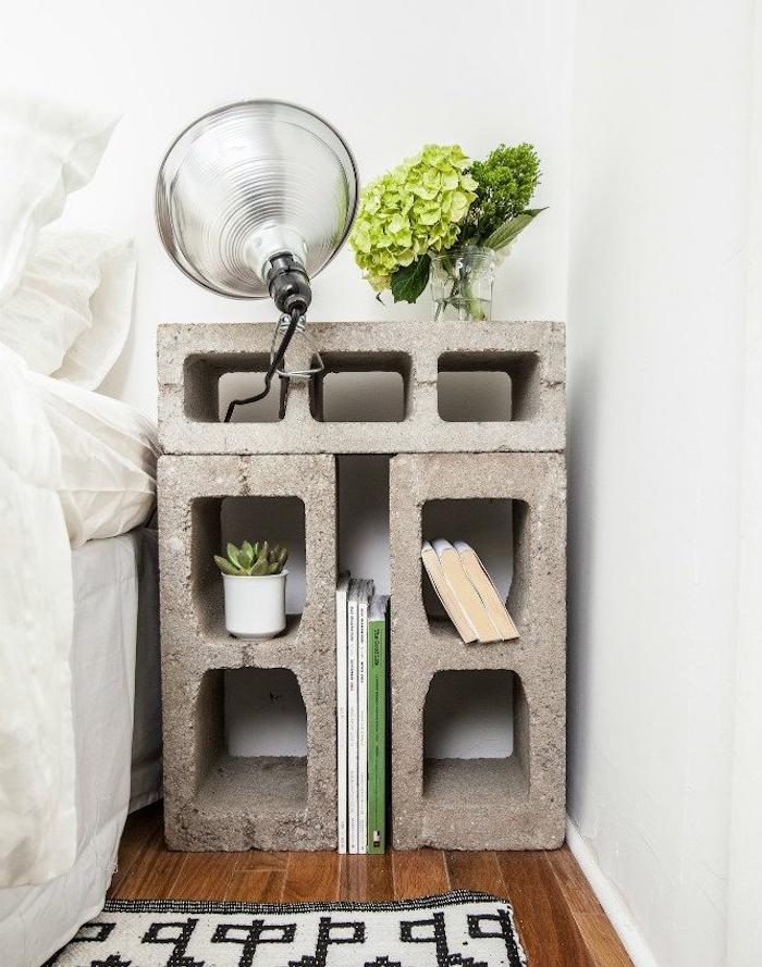 table d enuit en blocs de béton pour ranger des livres, lampe de chevet, plantes, parquet bois foncé, linge de lit blanc
