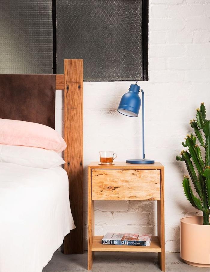 bois clair pour réaliser une table de nuit originale avec tiroir et étagère, lit bois authentique, linge maison rose et blanc, mur de briques blanc