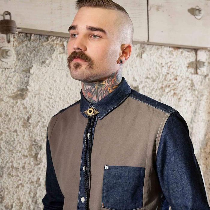 collier bolo type cravate style indien en lacets de cuir avec bijou sur chemise en jean pour homme hipster à moustache