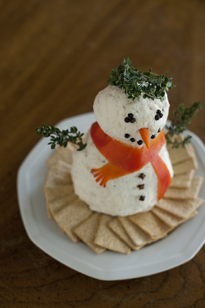 bonhomme de neige sympa, biscuits salés, écharpe en poivron rouge, couronne en brins de thym