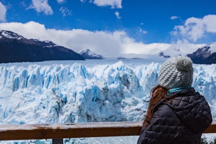 jolie photo d'une fille bien habillée qui observe la nature d'hiver, magnifique paysage hiver avec glaciers et montagnes