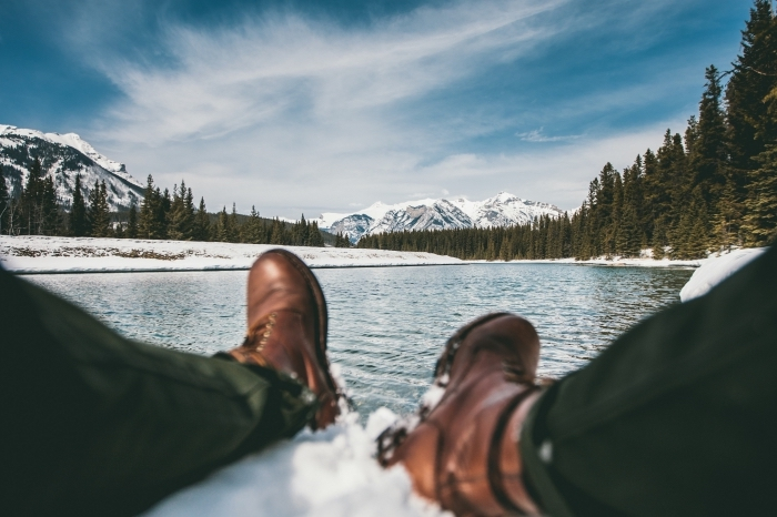 idée fond ecran pc avec une photo de paysage hivernal, image repos au bord d'un lac avec vue vers les sommets enneigés