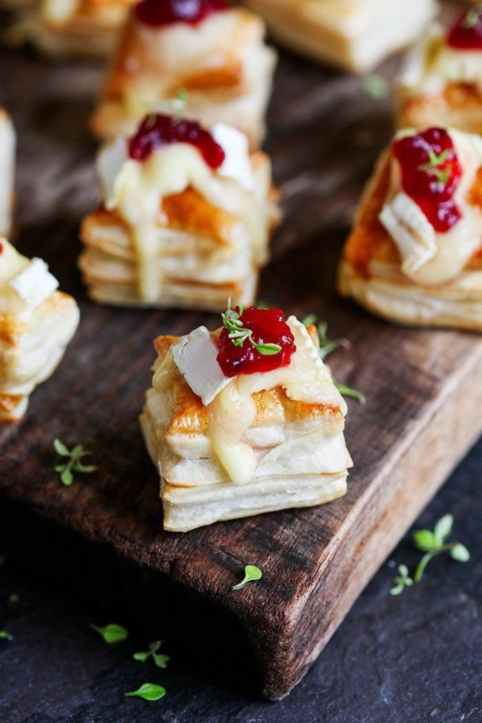 brie et canneberges confite sur des bouchées de pâte filo, plat en bois de présentation
