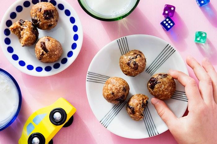 boule énergétique de beurre de cacahuètes , flacons d'avoine, pépites de chocolat et raisins secs, recette anniversaire originale