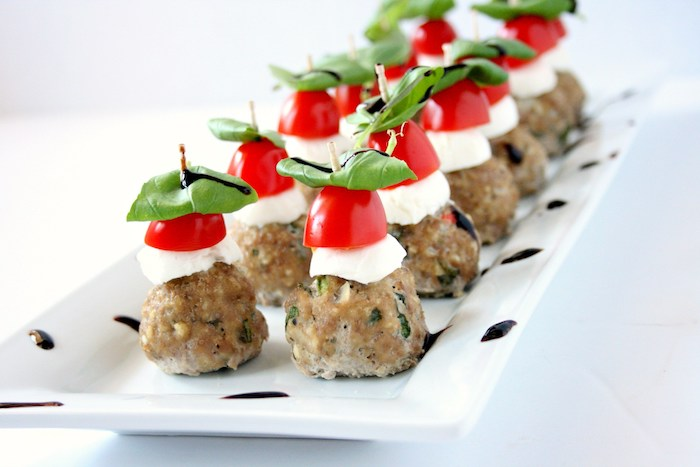 brochette boulette houmous avec des tranches de mozzarella, tomate cerise et des feuilles de basilic, idee repas enfant