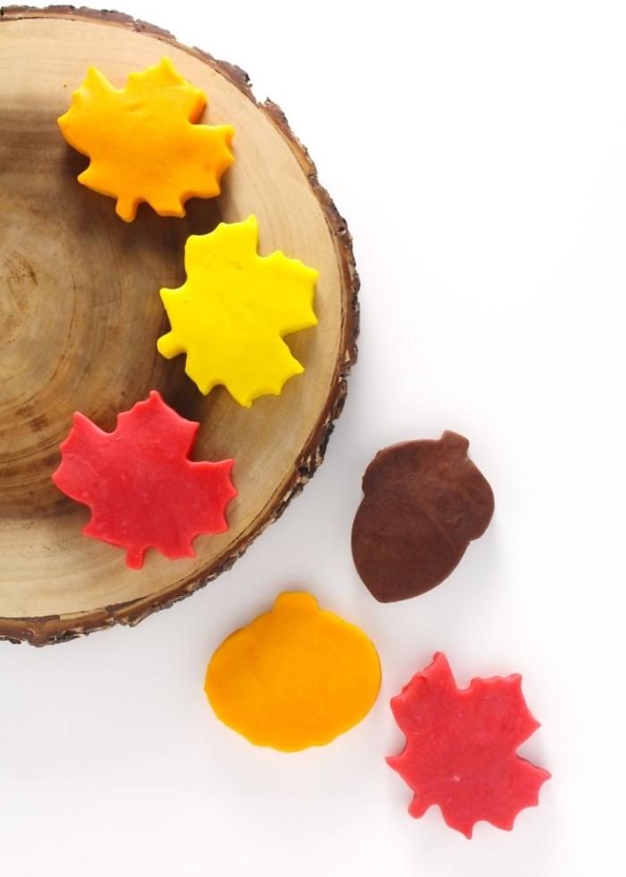 atelier pate à modeler maison sur le thème de l'automne, réaliser des formes automnales en pâte à modeler à l'aide des emporte-pièces, des feuilles, des glands et une citrouille en pâte play dough maison
