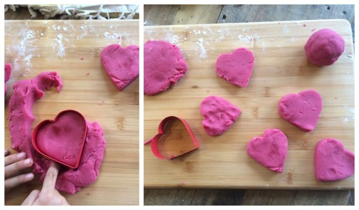 bricolage de saint-valentin avec de la pâte à modeler faite maison, colorée en rose, découper des coeurs dans de la pâte à modeler