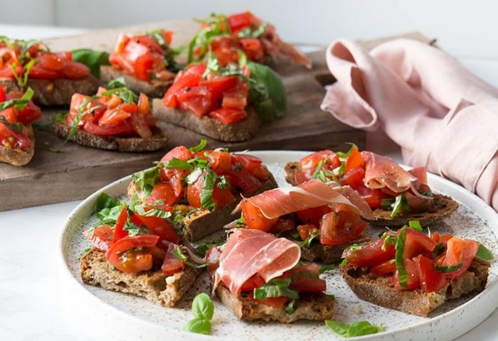 tartines pain croustillant, poivrons rouges, filet de jambon, herbes, tomates hachées, jolies assiettes