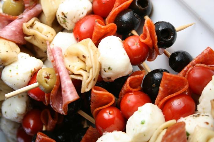 brochettes apéros, viande, olives, tomates cerises, boules de mozarella, amuse gueule apero