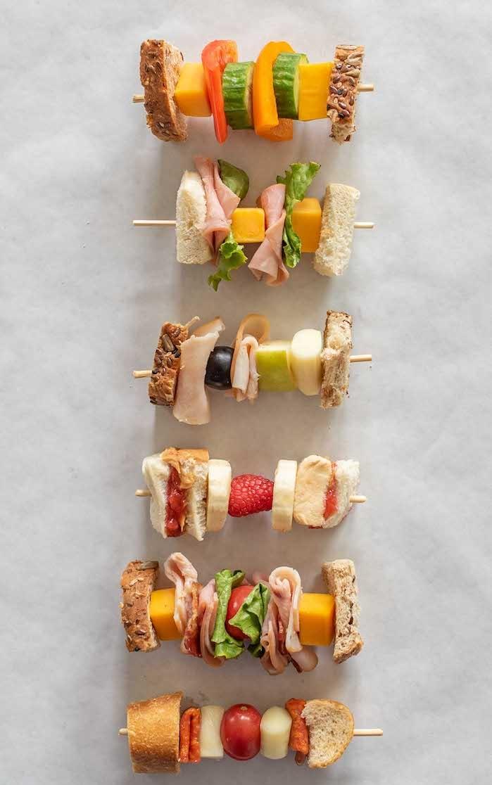 btochette apero avec du pain complet, fromages, fruits et légumes, saucisson, idée de menu enfant d anniversaire, gouter enfant original