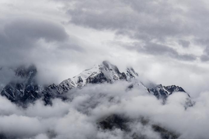 photo magnifique d'un paysage hivernal, idée fond d écran gratuit pour ordinateur, photo blanc et noir montagnes en hiver