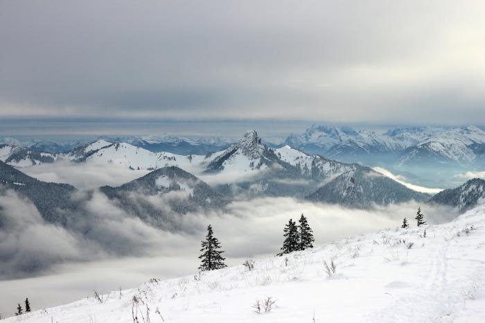idée paysage paradisiaque pour fond d'écran ordinateur, photo d'hiver des montagnes enneigées avec brouillard