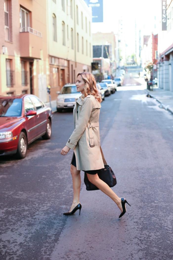 tenue femme officielle, chaussures à hauts talons, jupe courte, trench beige, grand sac