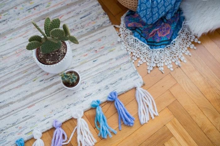 modèle de tapis customisé avec tassels en laine de couleurs, idée déco chambre ado avec objets ethniques