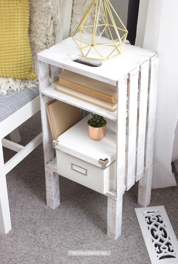 vieille cagette recyclée et patinée de peinture blanche, rangement livres, boite bijoux avec des pieds bois blancs montés