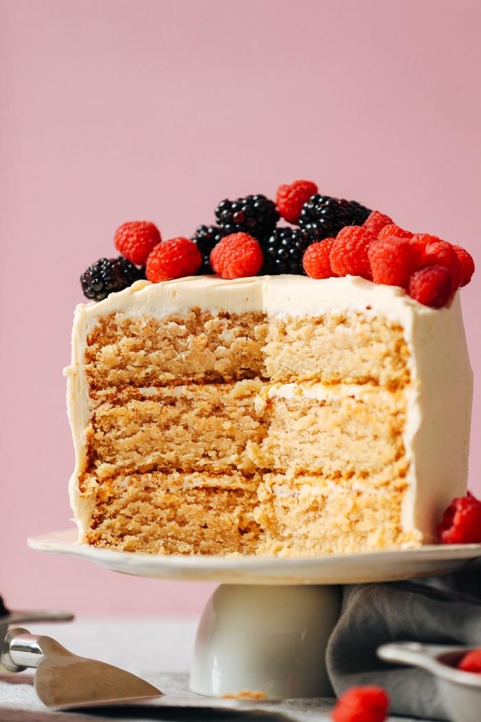 layer cake vegan au glaçage au beurre vegan, gateau a la vanille moelleux sans gluten et sans lactose décoré de fruits rouges frais