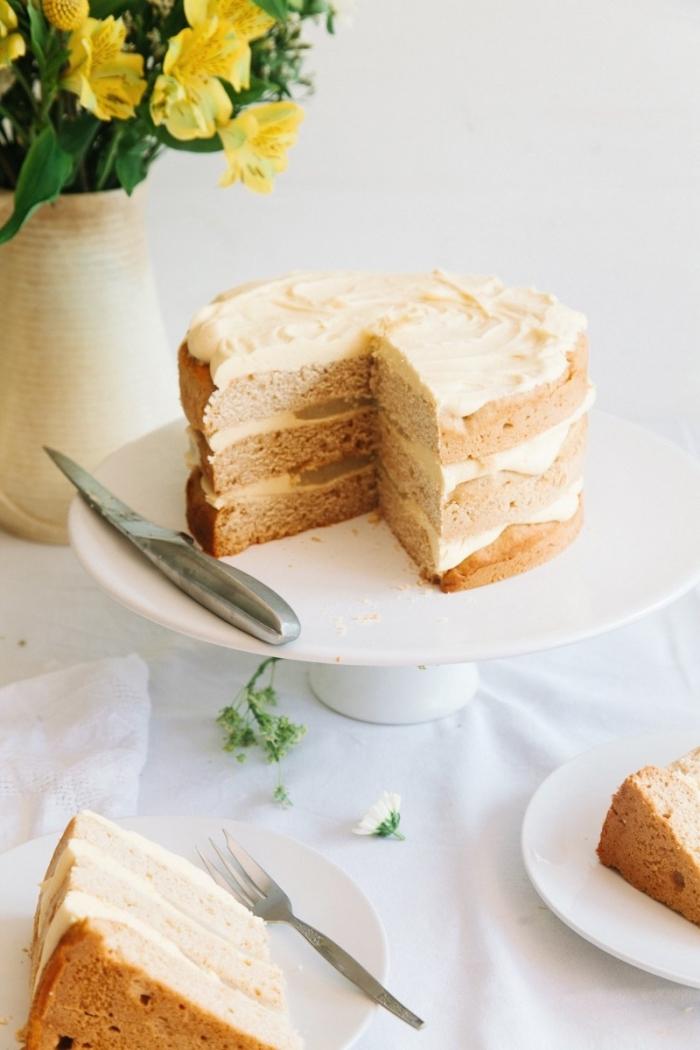 gateau sans lait à la fleur de sureau et au citron, garni de glaçage au chocolat blanc vegan, layer cake vegan à la fleur de sureau